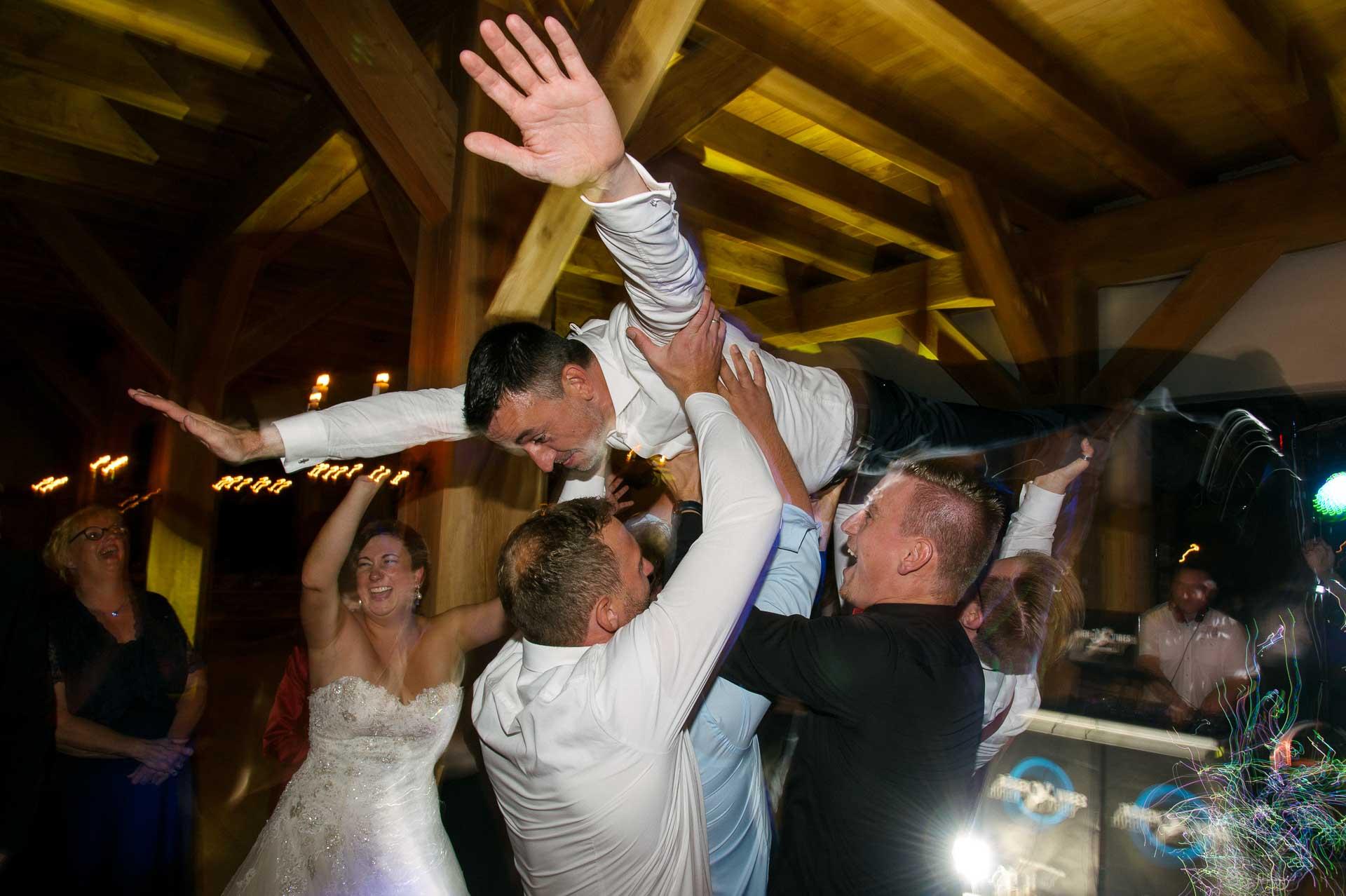 Bräutigam wird in die Luft gehoben