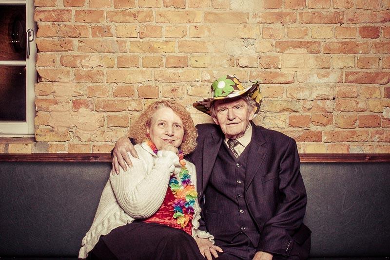 Oma und Opa umarmen sich