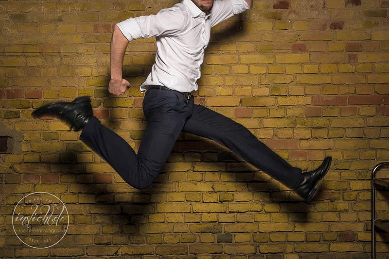 Mann spinnt in die Luft